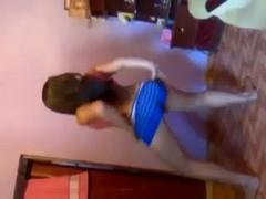 Novinha safadinha dançando tira calcinha