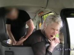 Taxista comendo passageira no taxi