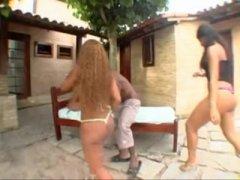 Duas brasileiras metendo com gringo sortudo
