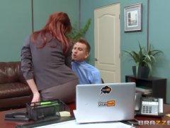 Chefe fazendo boquete gostoso no escritório