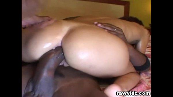 Dois negões arrombando o cu da putona – 2 rolas no cu