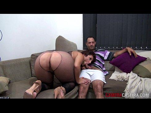 Sexo no sofá durante o chat