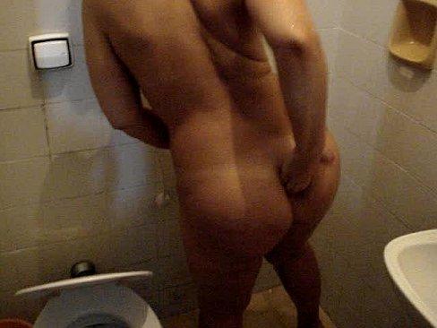 Safada casada deixando filmar o rabinho no banho