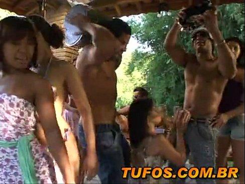 Putaria de solteiros rolando no pagode