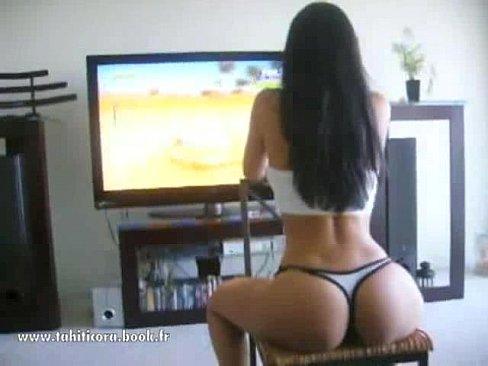 Morena gostosa jogando vídeo game