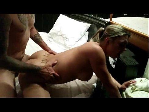 Loira gostosa curtindo anal e gemendo muito