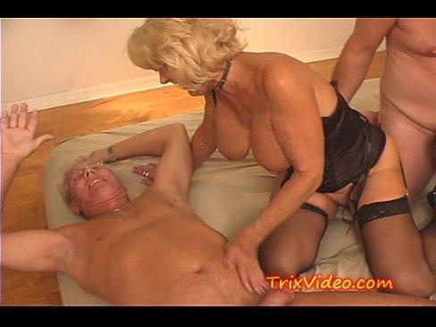 Vovó safada chupando dois caras em orgia