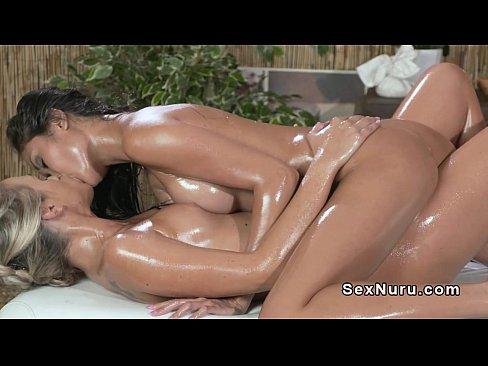 Lésbicas curtindo massagem sensual em spa