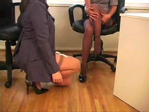 Chefe lésbica ousada forçando a barra para chupar secretária