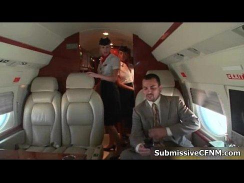 Executivo ganhando sexo oral de aeromoças