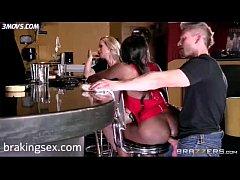 Mulata gostosa dando rabinho no bar