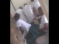 Novinha sentando na rola na sala de aula