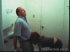 Professor coroa ganhando chupada de aluna no banheiro