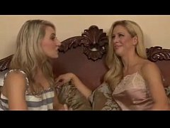 Cara de sorte com duas loiras disputando boquete