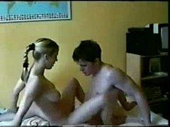 Novinho gozando na buceta da namorada