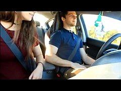 Novinha chupando rola do namorado enquanto ele dirige