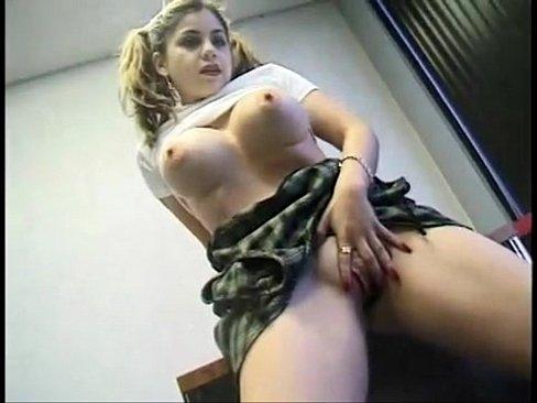 Novinha vestida de colegial se masturbando