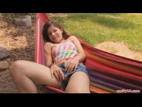 Novinha safadinha tocando a xoxota deitada na rede