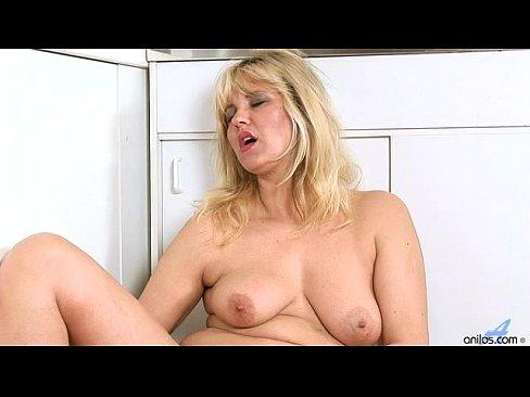 Coroa peituda se masturbando no chão da cozinha