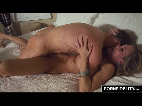 Rainha do porno com peitos lindos levando pirocada