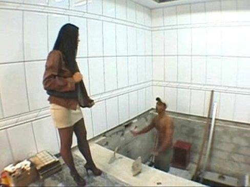 Esposa dando o cuzinho para o pedreiro