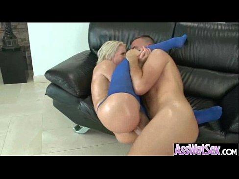 Casal curtindo anal no sofá