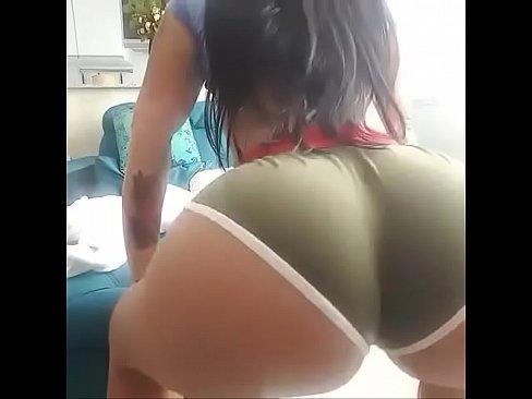 Novinha rebolando a bundona