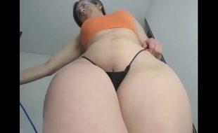 Novinha mostrando a buceta na câmera