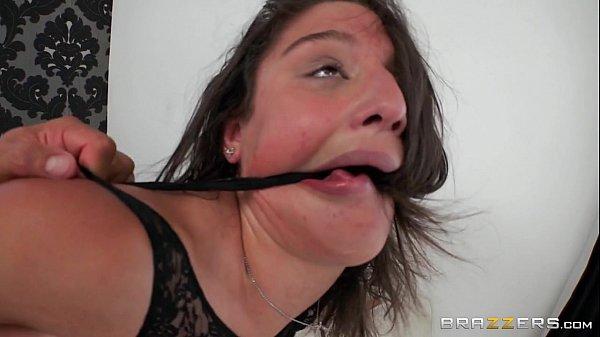 Sexo forte fazendo novinha delirar de tesão