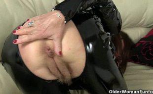 Vovó mostra buceta carnuda e peluda
