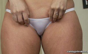 Ninfeta mostra sua buceta carnuda