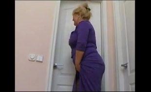 Flagra mãe safada espiando filho tomando banho