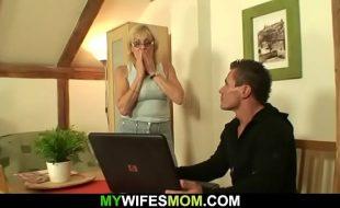 Neto mostra vídeo pornô pra avó e ela gosta
