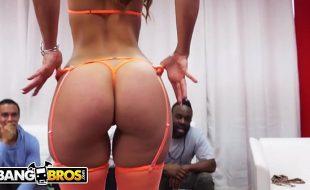 Gostosa fazendo strip tease pra dois machos