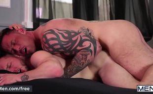 Macho gay musculoso e tatuado fodendo cu