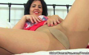 Mulher madura de meia calça se masturba