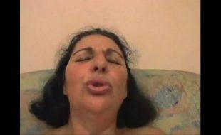 Mulher madura brasileira tendo orgasmo na foda