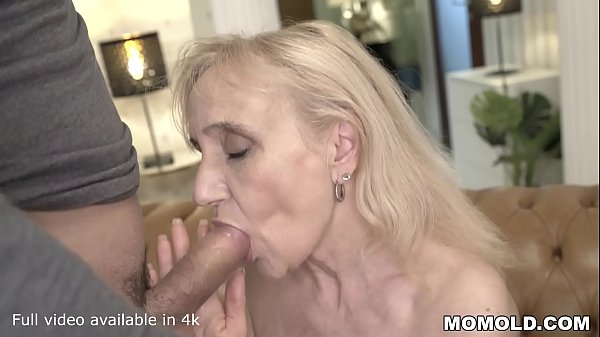 Mulher velha loira mamando
