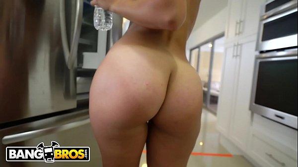 Ninfeta gringa fazendo anal na cozinha de casa